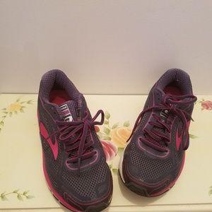 Brooks Dyad Sneakers Size 7 wide like new